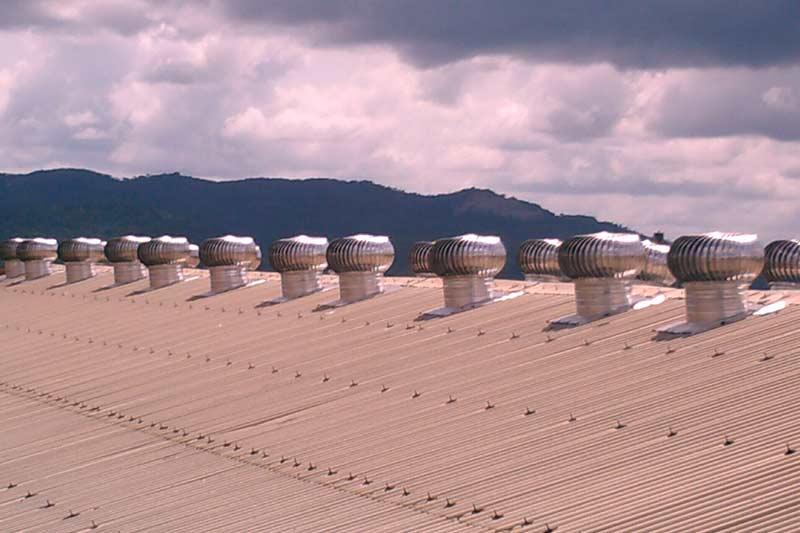 Extractores eólicos instalados en empresa