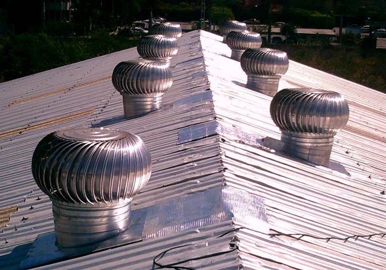 extractores eólicos instalados en el techo